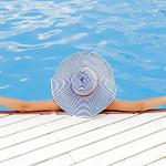 tomar el sol en verano, mujer tomando el sol en el agua